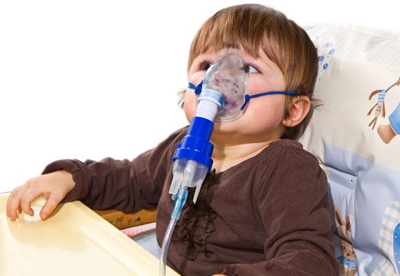 Ребенку проводят небулайзерную терапию