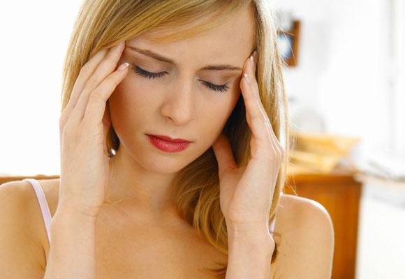 Боли в голове у молодой женщины