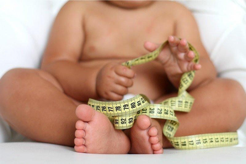 Ожирение 1 степени у детей нередко воспринимается взрослыми, как нормальное явление, что впоследствии может обернуться серьезными осложнениями.