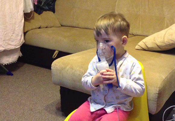 Ребенок делает ингаляцию в домашних условиях