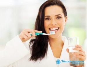 Правильный уод за зубами, чистка зубов утром и перед сном, а лучше после каждого приема пищи снизит риск развития заболевания