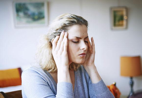 У женщины головные боли