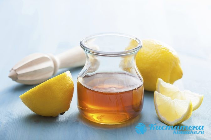 Выжимают сок лимона, размешивают в теплой воде, а также добавляют мед