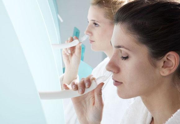 Девушки делают ингаляции для носа