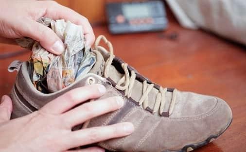 Если обувь мала, её необходимо растянуть специальными средствами