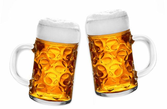 Но сегодня специалисты сходятся во мнении, что два бокала вина, 2 бутылки пива, рюмка коньяка или водки в течение суток благоприятней сказываются на сосудах и сердце