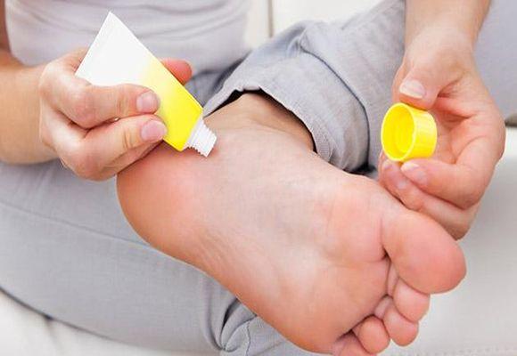 Нанесение крема на ногу