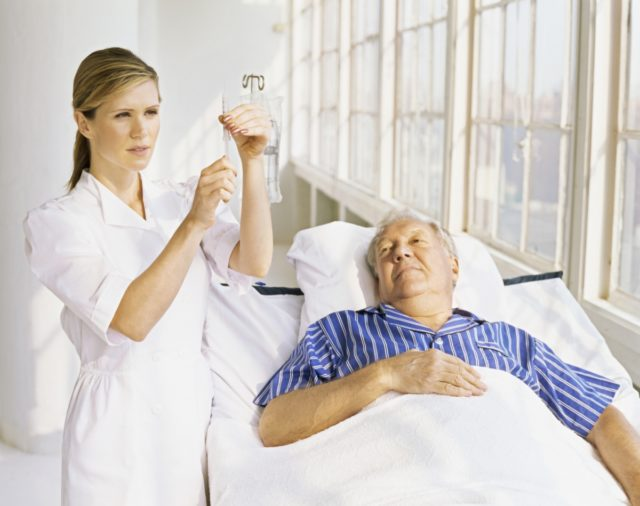 Врач прежде всего купирует боль, чтобы снять нагрузку на сердце и уменьшить вредные последствия